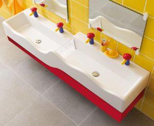 Waschbecken mit Wasserrinne